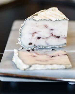 גבינת ברי פירות יער משק שוורץ